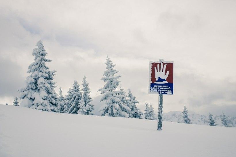 LUMELAVIIN: turistid on mägedes suusakuurordis lõksus ning hukkunud on vähemalt 10 mägironijat