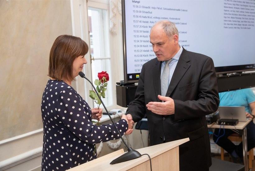 FOTOD | Vangerdused ja lillebuketid: Tartu volikogu vahetas abilinnapäid meeleolukalt
