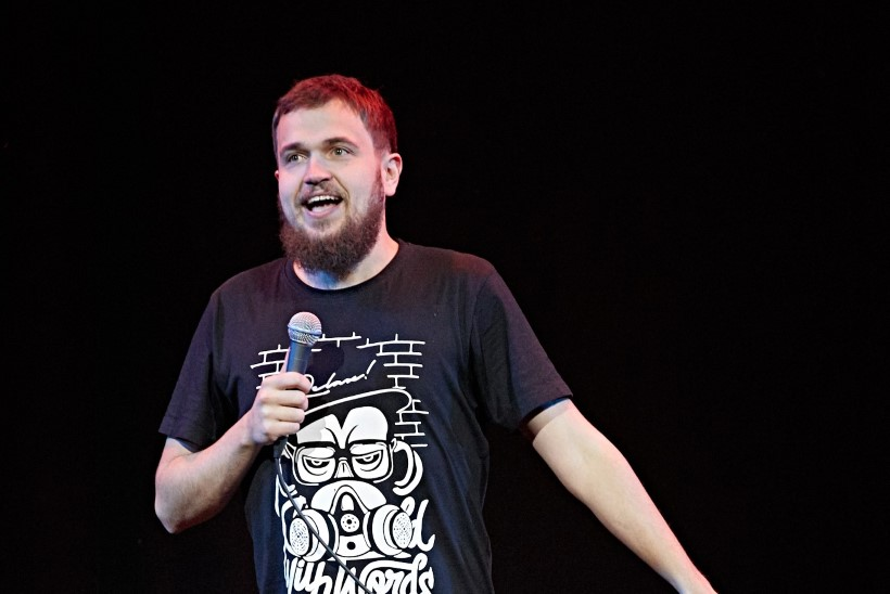 Koomik Sander Õigus: mul on lava peal mikrofon käest võetud ja öeldud, et poiss, laula parem midagi