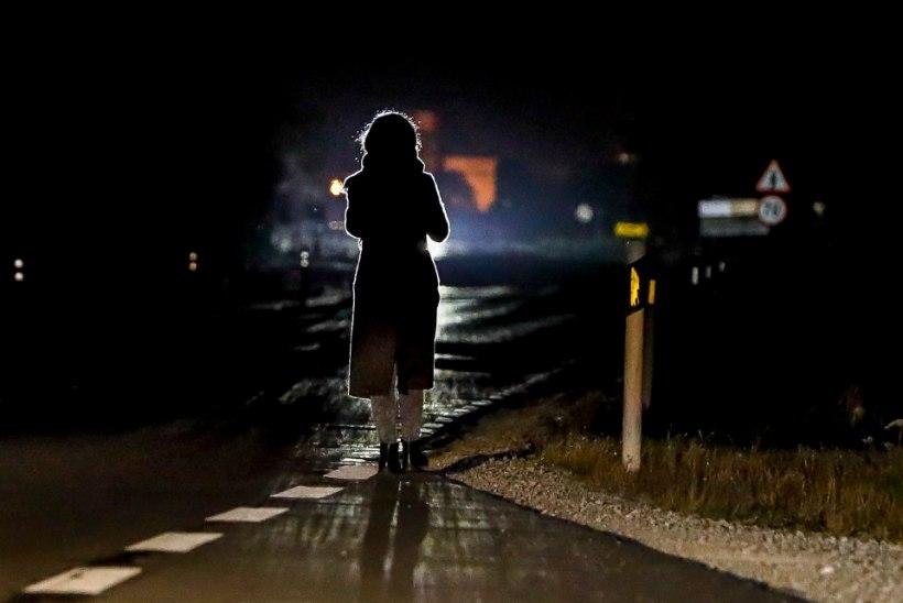 Ööpäev liikluses: napsine jalakäija tatsas sõiduteel ja sai autolt löögi