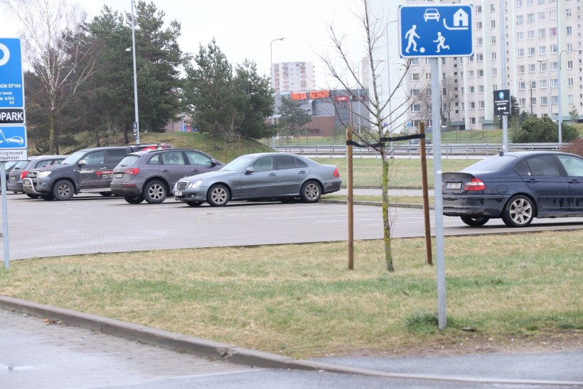 FOTOD SÜNDMUSKOHALT   Põgenev mees ajas auto alla kaks politseinikku