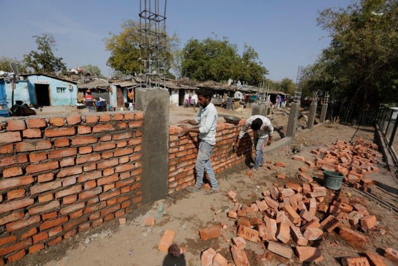 India võimud püstitasid Trumpi visiidiks müüri, et vaeste slummi varjata