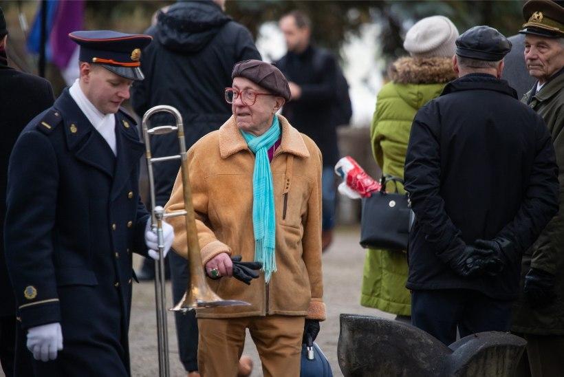 GALERII | Mälestustseremoonia Tartu vabadussamba Kalevipoja juures