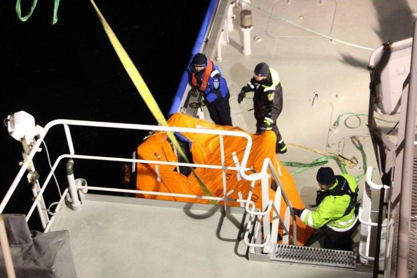 Uppunud kalalaevalt pääsenud Vene meremehed jõudsid hotelli ja ootavad uusi dokumente