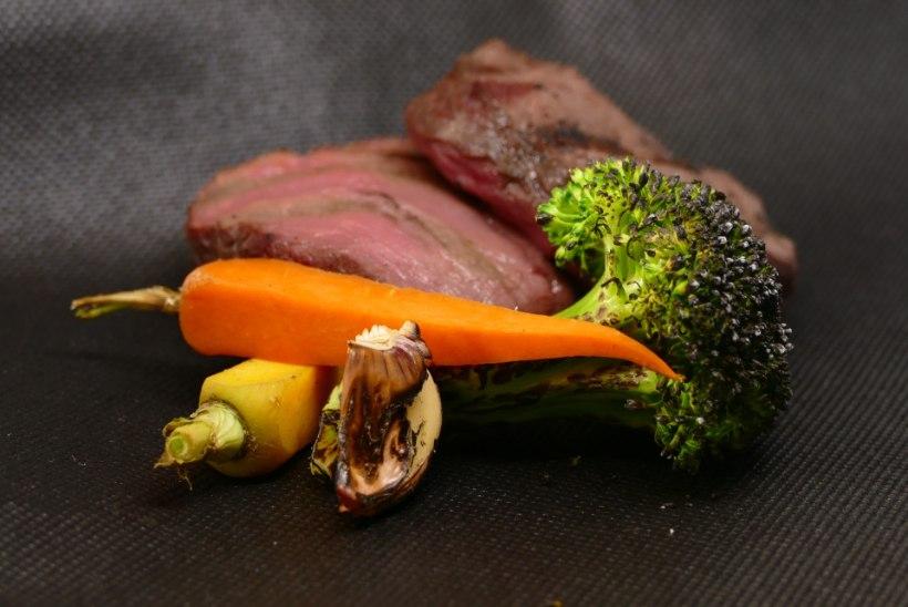 Köök | Pommer & Toomits teevad põdra kauaküpsetatud abasteiki grillitud köögiviljadega