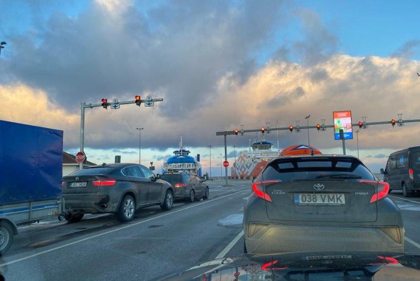 GALERII | Saaremaa praam on pooltühi, politsei alustas saarte ja mandri vahel reisivate inimeste kontrolli