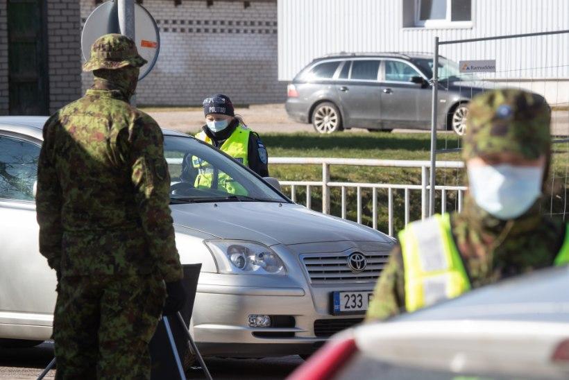 Lihatööstuse värava taga oli Läti autode rivi