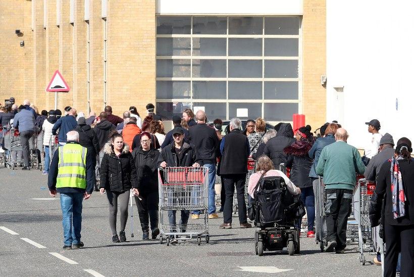 VÕITLUS KOROONAVIIRUSEGA: Boris Johnson käskis brittidel jääda koju