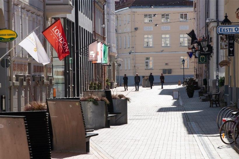 GALERII   Politseinikud kontrollivad, et inimesed hoiaksid kahemeetrist vahet ega kõnniks kambakesi
