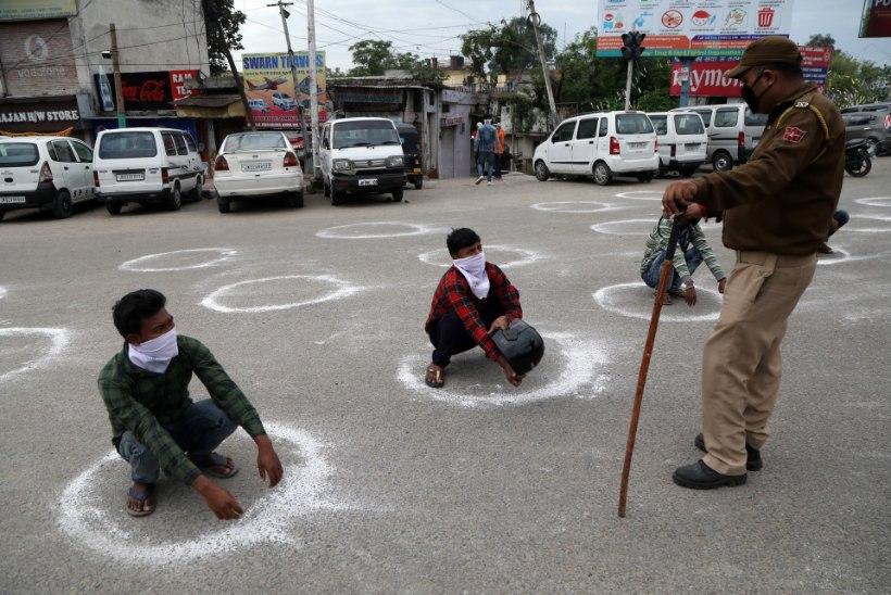 FOTOD | India politsei karistab häbiväärselt kodanikke, kes eiravad liikumispiiranguid