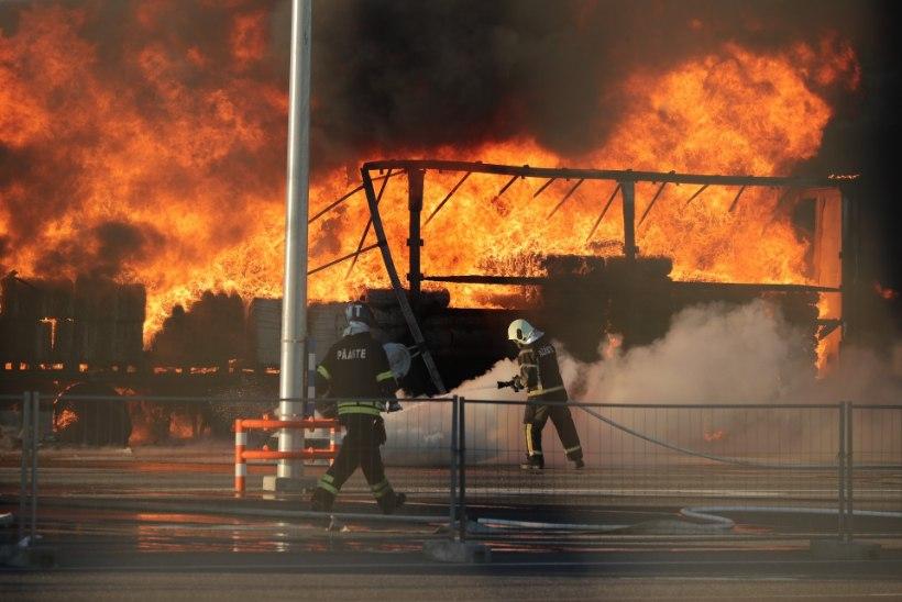 GALERII JA VIDEOD   Pealinna sadamas kärgatasid plahvatused