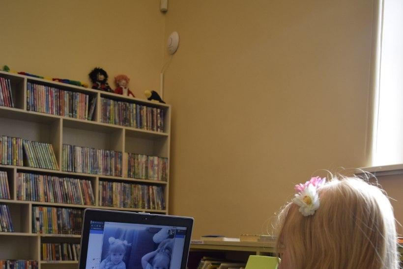 Raamatukoguhoidja loeb lapsele ette – lapsed saavad rõõmu, vanemad kodukontoris hinge tõmmata