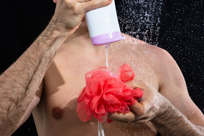 Lugejakiri: naine muretseb, miks ta mees igal õhtul vannis käib