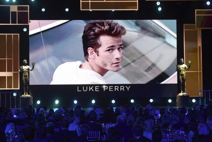 Seriaalikaaslased avaldasid Luke Perry surma-aastapäeval südant pitsitavaid fotosid