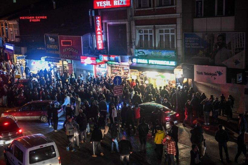 VIDEO | Türgis teatati, et paari tunni pärast kehtestatakse liikumiskeeld. Selle peale tormasid meeleheitel inimesed viimseid poodlemisi tegema