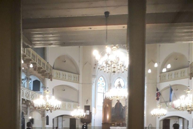 VIIRUSEAEGSED ÜLESTÕUSMISPÜHAD: üheksa kirikulist koguduse palvusel ja inimtühi kalmistu