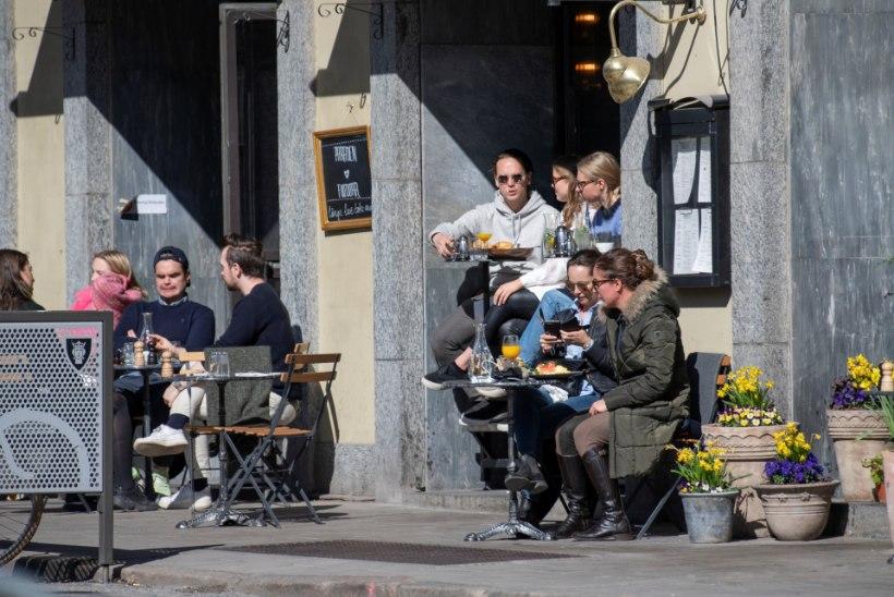 Rootsis läheb elu vaatamata suurele nakatunute arvule eriliste piiranguteta edasi. Epidemioloog: tahame jõuda sama tulemuseni, mis kõik teised riigid