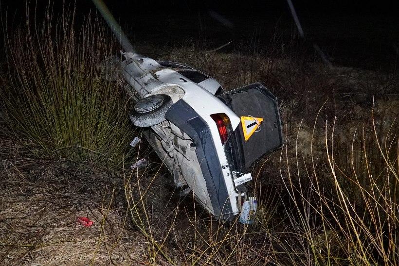 FOTOD   Saladuslik õnnetus: Jõgevamaal sõitis auto teelt välja ja juht kadus kui vits vette