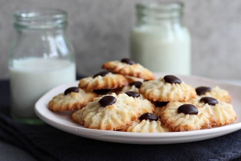 TRADITSIOONILISEST ERINEVALT: gluteenivabad kookosemekiga Kevadlille küpsised