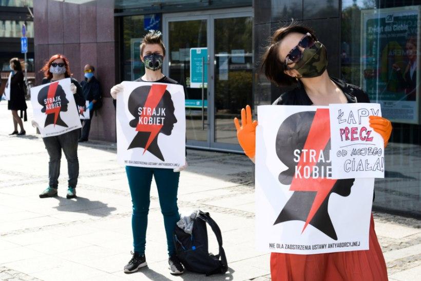 """""""Naiste hukkamine seimis!"""" Poola naised protestisid autos ja aknal"""
