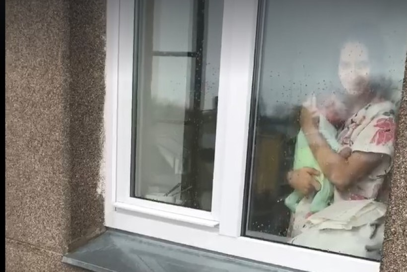 VIDEO | Nii armas! Isa läks vastsündinud poega tõstukiga vaatama