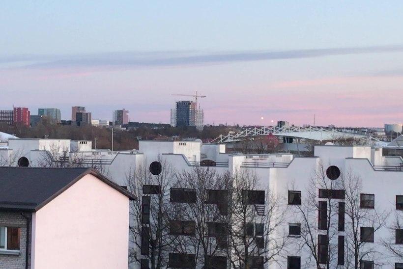 GALERII | UFOHOIATUS! Tallinna kesklinnas nähti tundmatut päritolu lendavaid valguskerasid