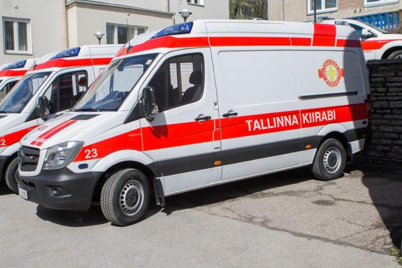 Kiirabi kutsuti kooli: töötajal jäi süda seisma