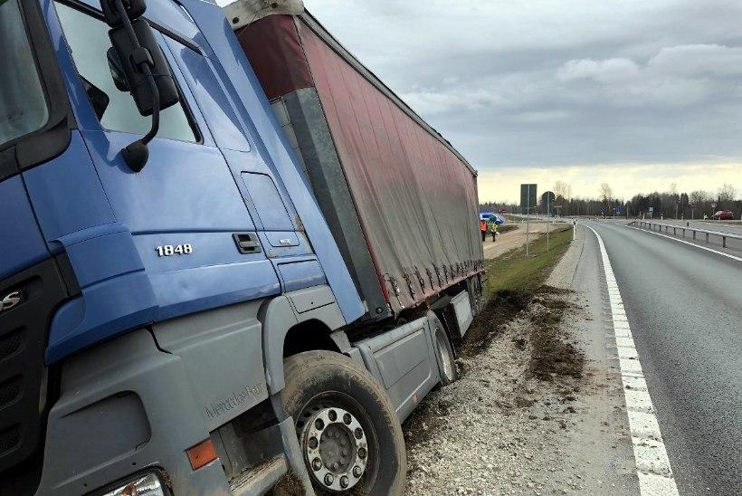 FOTOD SÜNDMUSKOHALT | TRAAGILINE: Põltsamaal hukkus liiklusõnnetuses inimene