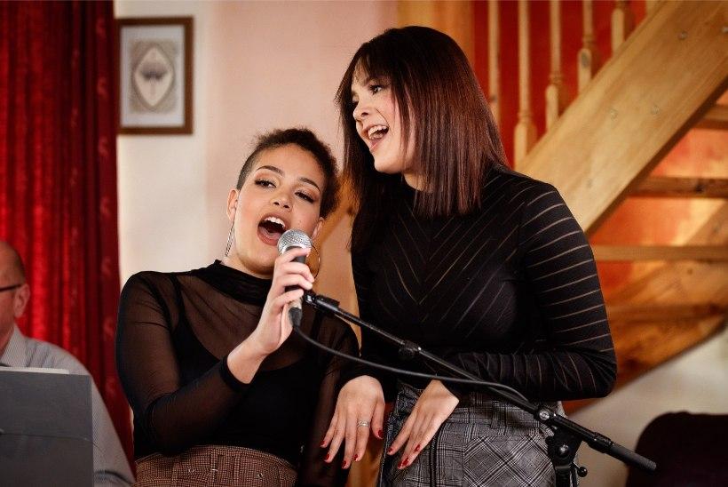 FOTOD JA VIDEO   Dave Benton andis oma tütarde Lisa ja Sissiga Õhtulehe vahendusel kontserdi