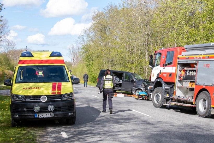 FOTOD | Saaremaal toimus liiklusõnnetus, eakas autojuht viidi haiglasse