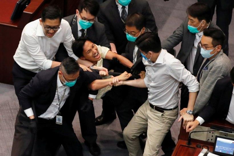 LÄKS KÄHMLUSEKS! Tülist Hiina hümni ümber tekkis Hongkongi parlamendis paras märul