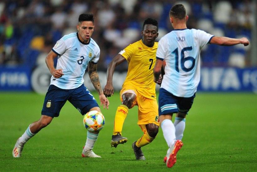 Paide aafriklasest jalgpallitalent jäi viisat oodates kodumaale koroonalõksu