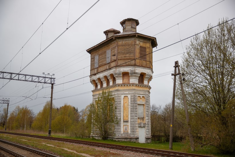 Avasta väärikad vanurid: pilkupüüdvad veetornid kerkisid koos rongiliikluse algusega