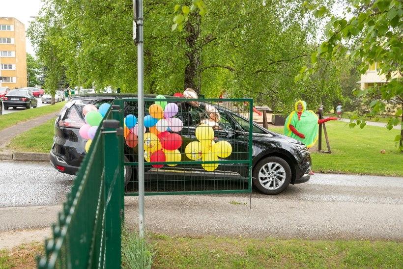 GALERII | Erakordne! Tartus toimus lasteaia lõpupidu autodes ja täiesti kontaktivabalt