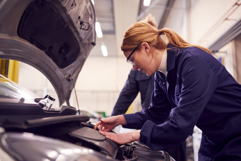 """NAISED """"MEESTE"""" ERIALADEL avaldavad arvamust: miks on täiesti tavaline, et naine töötab keevitajana või autoerialal?"""