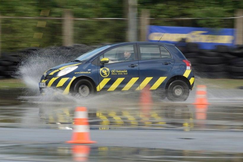 Autokoolid jätkavad sõidutundidega ja maanteeamet sõidueksamitega