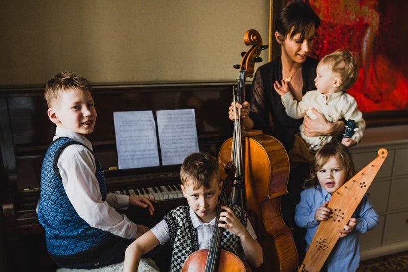 VAATA UUESTI   Silvia Ilves esines perekondlikul veebikontserdil koos poegadega