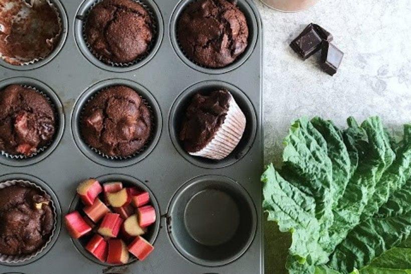 IKKA RABARBERILAINEL: šokolaadised rabarberi-rukkimuffinid