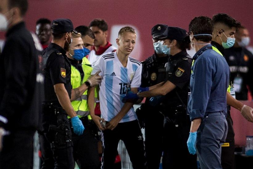 FOTOD | Messi särki kandnud fännil õnnestus tühjade tribüünide kiuste platsile imbuda