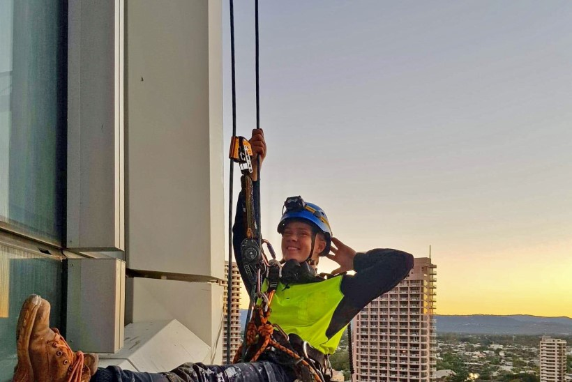 Mehine tööstusalpinism on vägagi naiste ala ehk Näitsikud, kes pesevad kõrghoonete aknaid