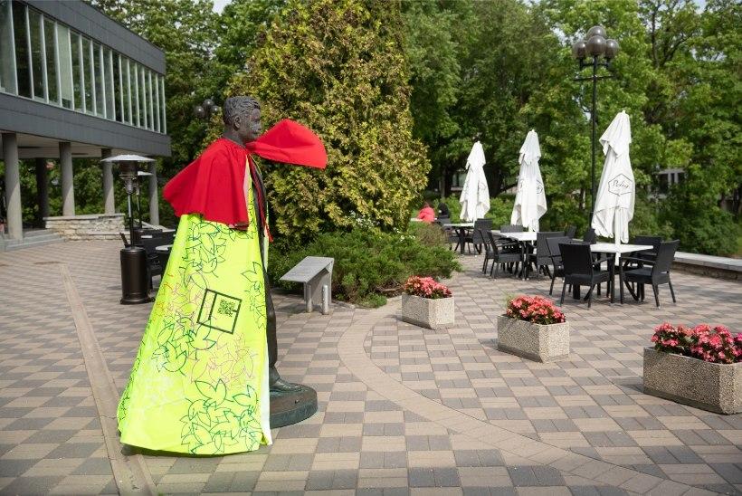 GALERII | Lõpetajate ja lillesülemite asemel: Tartu skulptuurid said selga pidurüüd