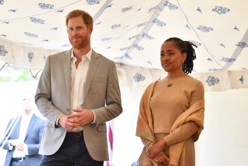 Prints Harry ämm kolis temaga ühe katuse alla