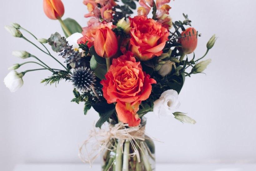 10 lihtsat nippi, et lilled püsiksid vaasis kaua kaunid