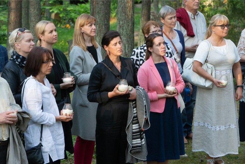 GALERII   Laulupeo dirigendid õnnistasid Tallinnas Metsakalmistul sisse mälestuspaiga Laululavalt lahkunuile