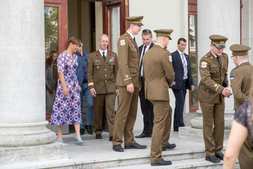 FOTOD | Vastsed ohvitserid: Kaitseväe Akadeemia saatis äsjased kadetid tegevteenistusse