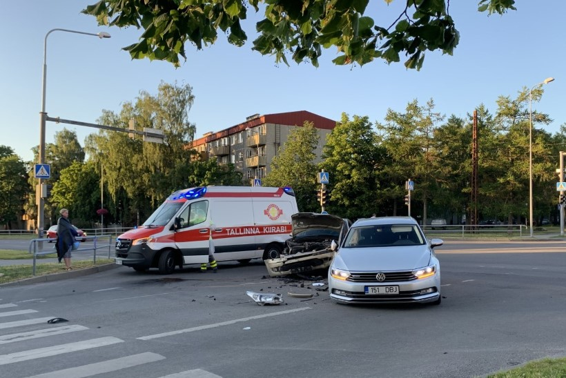 FOTOD | Tallinnas Ehitajate tee ja Keskuse tänava ristil põrkasid kokku kaks sõiduautot