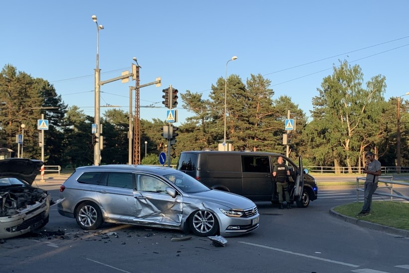 FOTOD   Tallinnas Ehitajate tee ja Keskuse tänava ristil põrkasid kokku kaks sõiduautot