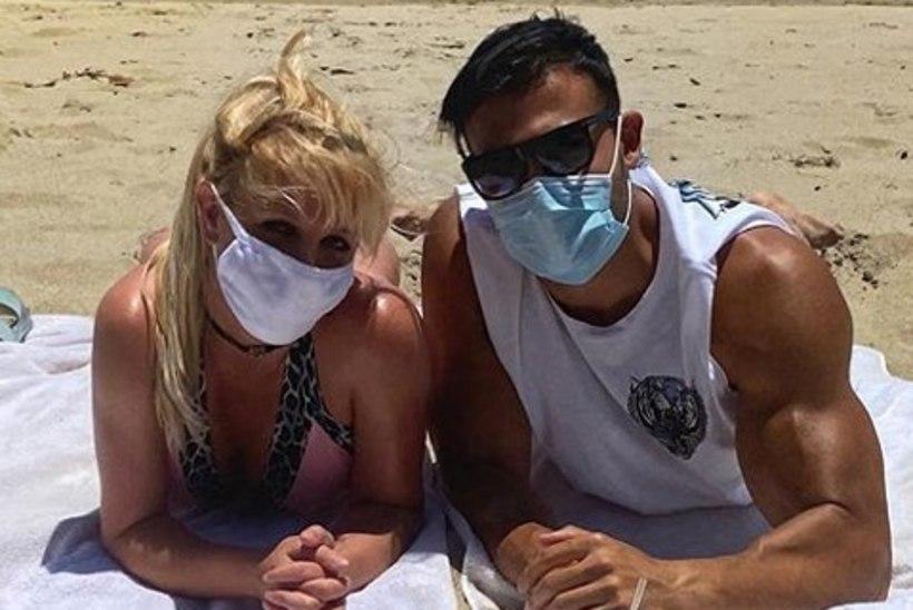 Fännid kritiseerivad Britney Spearsi romantilist rannafotot