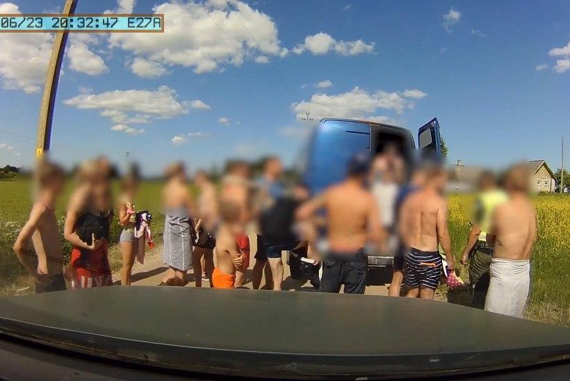 VIDEO | Piirivalvurid avastasid väiksest kaubikust lubatud kuue reisija asemel hoopis 29 inimest