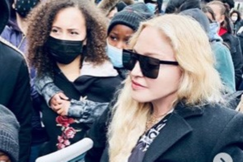 VIDEO   Madonna komberdas meeleavaldusele karkudega